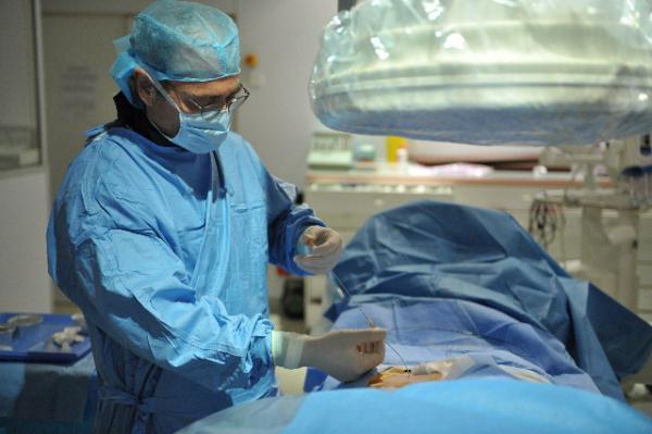 Вмешательство заключается в том, что врачи перевязывают расширенные вены